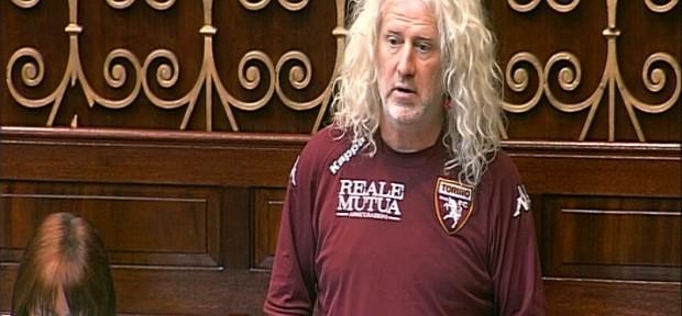 """ირლანდიელი პოლიტიკოსი პარლამენტში """"ტორინოს"""" ფორმით მივიდა"""