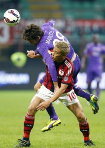 AC Milan's Honda challenges Fiorentina's Mendoza during their Serie A soccer match at San Siro stadium in Milan