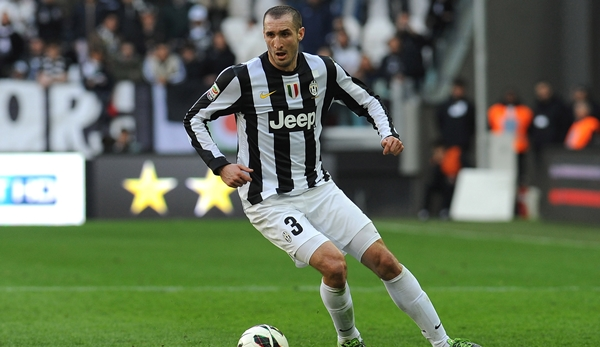 The_player_of_Juventus_Giorgio_Chiellini_with_a_ball_050276_