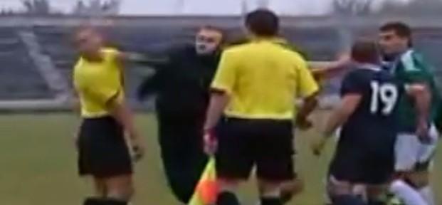 ფეხბურთელმა მსაჯს სახეში მუშტი გაარტყა (ვიდეო)