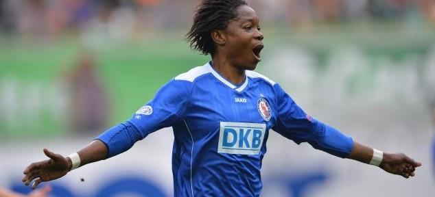 აფრიკის 2012 წლის საუკეთესო ქალ ფეხბურთელს გაშიშვლება აიძულეს