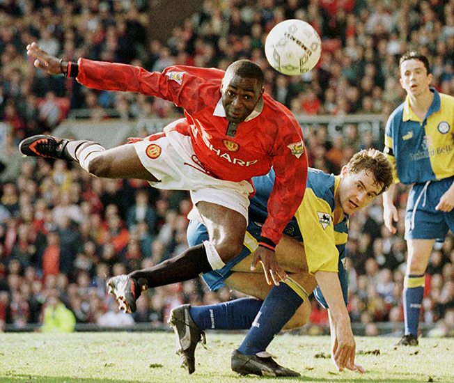 Manchester United soccer star Andy Cole (L) shoots past Leeds United's David Wetherall (2L) as Gary ..