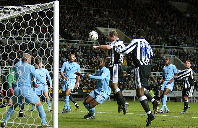 NEWCASTLE UNITED'S SHEARER SCORES HIS SECOND GOAL AGAINST TOTTENHAM HOTSPUR DURING THEIR ENGLISH PREMIER ...