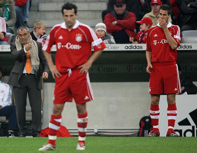 Bayern Munich's coach Magath gestures next to Salihamidzic and Maierhofer during their German first division Bundesliga soccer match against Hanover 96 in Munich