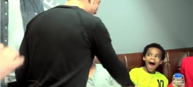 პატარა ბავშვის საოცარი რეაქცია სანტი კასორლას დანახვაზე (ვიდეო)