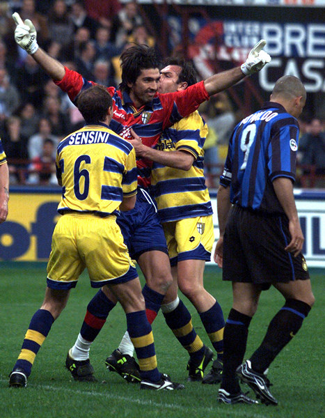 Parma's goalkeeper Gianluca Buffon (C) celebrates with his team mate Nestor Sensini (L) and Alain Boghossian (2R) after saving a penalty from Inter Milan's Ronaldo's (R) during their Italian Serie A soccer match in Milan's at San Siro stadium May 8. Ôîòî: REUTERS