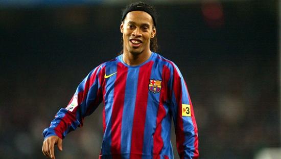 BARCELONA, SPAIN - DECEMBER 20:  Ronaldinho of FC Barcelona during La Liga match between FC Barcelona and Celta on December 20, 2005 at the Camp Nou stadium in Barcelona, Spain.  (Photo by Luis Bagu/Getty Images)