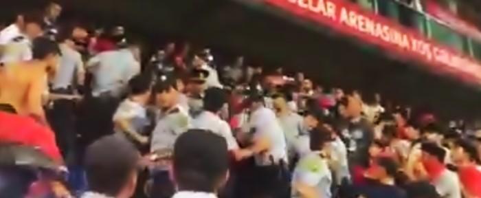 """შეხლა-შემოხლა აზერბაიჯანელ პოლიციელებსა და """"გაბალას"""" ფანებს შორის (ვიდეო)"""