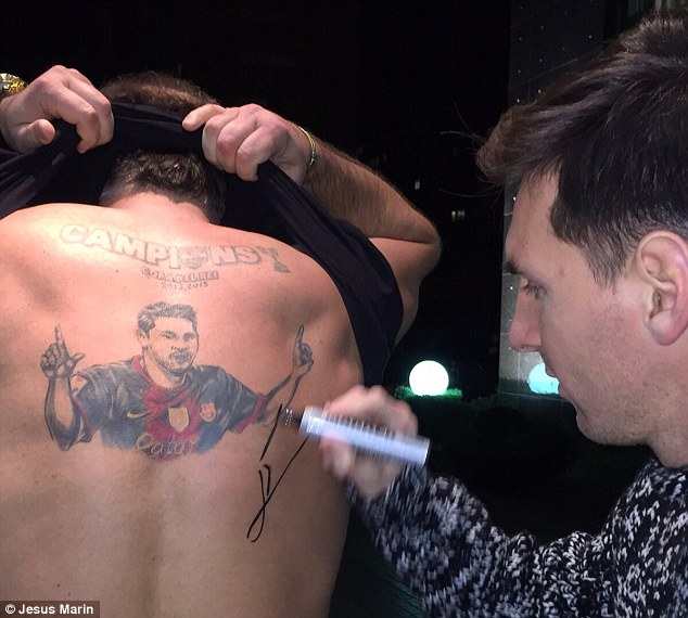 3097C11A00000578-3417274-Lionel_Messi_signed_a_fan_s_back_tattoo_of_his_image_to_form_the-a-100_1453812628008