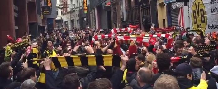 """""""ლივერპულისა"""" და """"ბორუსიას"""" ფანებმა You'll never walk alone ერთად შეასრულეს (ვიდეო)"""