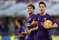 Fiorentina's forward from Croatia Nikola Kalinic (R) celebrates after scoring during the Italian Serie A football match Fiorentina vs Empoli at the Artemio Franchi Stadium on November 22, 2015 in Florence.   AFP PHOTO / FILIPPO MONTEFORTE