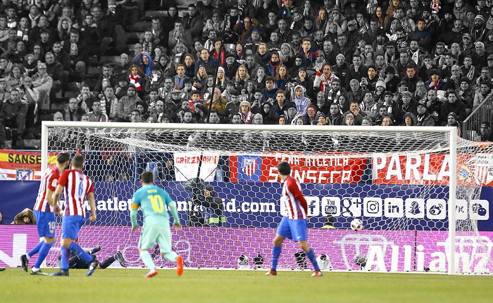 Partido de ida semifinales de Copa del rey entre Atlético y Barcelona. Gol de Messi 0-2. El público asombrado