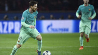 Barcelona's Argentinian forward Lionel Messi (L) controls the ball during the UEFA Champions League round of 16 first leg football match between Paris Saint-Germain and FC Barcelona on February 14, 2017 at the Parc des Princes stadium in Paris. / AFP / Lionel BONAVENTURE        (Photo credit should read LIONEL BONAVENTURE/AFP/Getty Images)